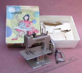 French Singer 20-10 TSM Toy Sewing Machine w/ Box