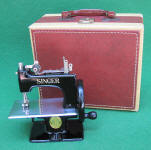 Black Singer Model 20 - 10 TSM / Toy Sewing Machine w/ Carry Case