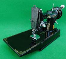 1941 Black Singer Featherweight BLACKSIDE 221 Sewing Machine (AG017397)